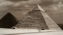 1280px-Great_Pyramid_of_Giza_(Khufu%u2019s_pyramid),_Pyramid_of_Khafre_(left_to_right)._Cairo,_Egypt,_North_Africa